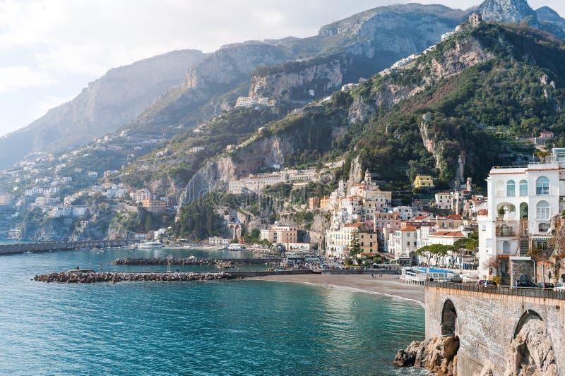 Mare di Amalfi, spiaggia e vista scenica delle montagne - costa di Amalfi, Italia, Europa fotografia stock