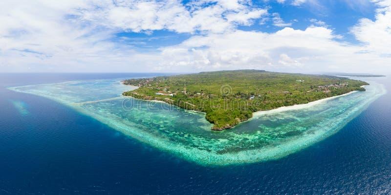 Mare di Caraibi tropicale della scogliera dell'isola della spiaggia di vista aerea Arcipelago dell'Indonesia Wakatobi, isola di T fotografia stock