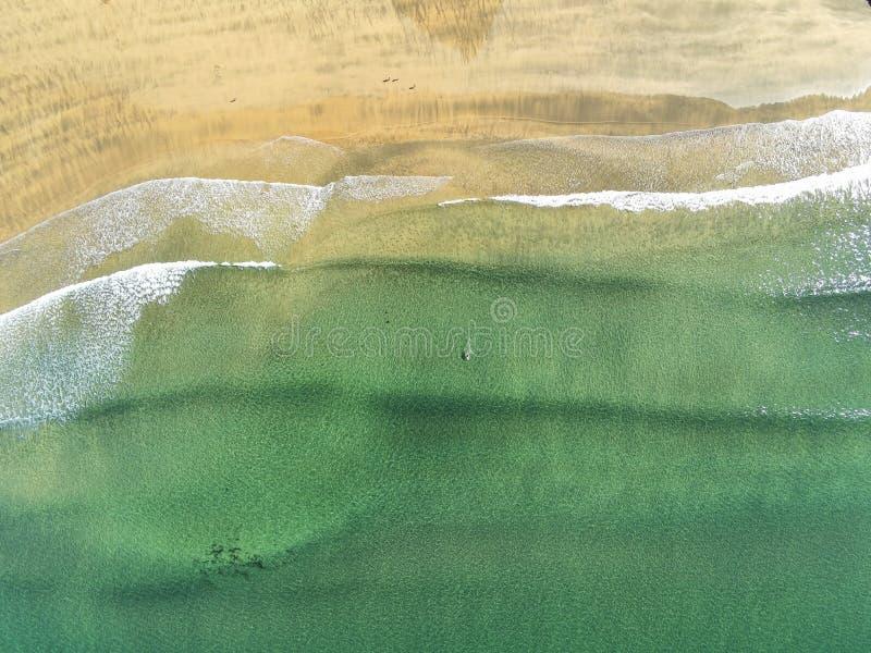 Mare di Fanore e oceano Atlantico, vista aerea, acqua e trama di sabbia Giorno di sole caldo immagine stock