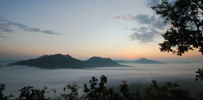 Mare di foschia e del tramonto sulla montagna immagine stock