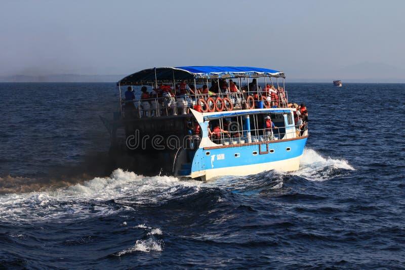 Mare di inquinamento della barca fotografia stock libera da diritti