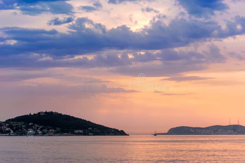 Mare di Marmara sopra il tramonto immagine stock