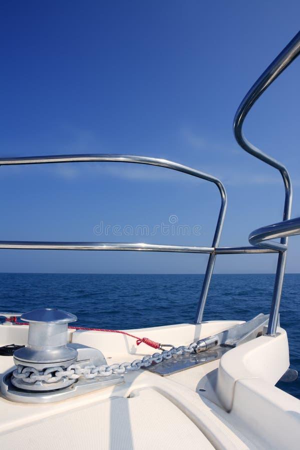 Mare di navigazione dell'arco della barca con l'argano della catena d'ancoraggio fotografie stock libere da diritti