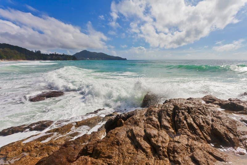 Mare di tempesta con le onde che si schiantano contro le rocce fotografia stock