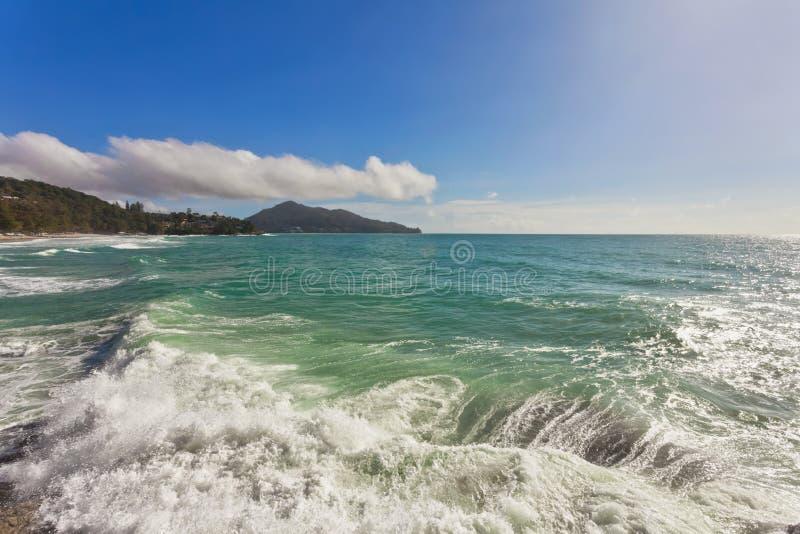 Mare di tempesta con le onde che si schiantano contro le rocce fotografie stock libere da diritti