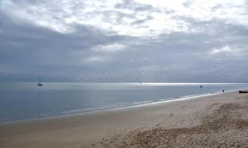 Mare di zampillo un giorno nuvoloso immagine stock
