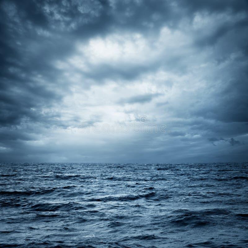 Mare e cielo tempestosi Fondo drammatico scuro immagine stock