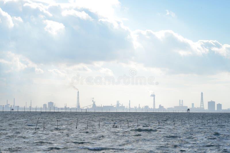 Mare e città industriale immagine stock libera da diritti