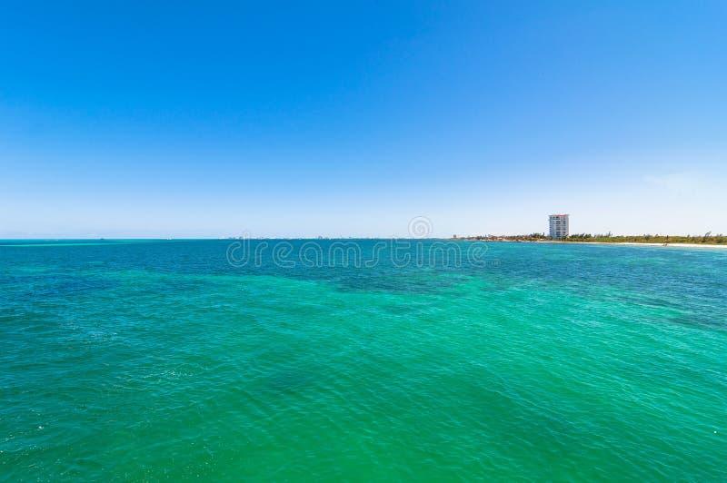 Mare e linea costiera tropicali in Cancun, Messico fotografia stock