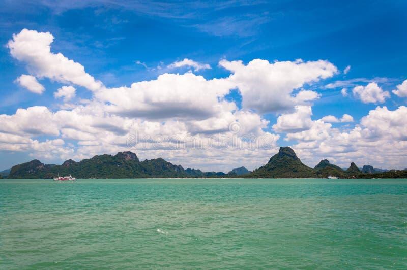 Mare e litorale tropicali vicino a KOH Samui immagini stock