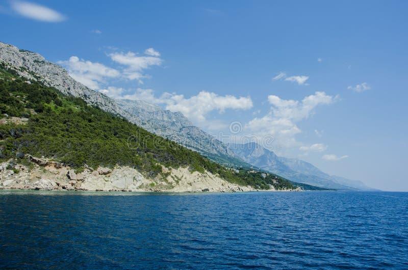 Mare e montagna blu immagine stock