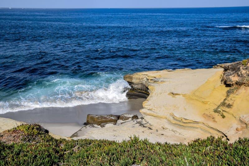 Mare e scogliere di contrapposizione a La Jolla fotografia stock