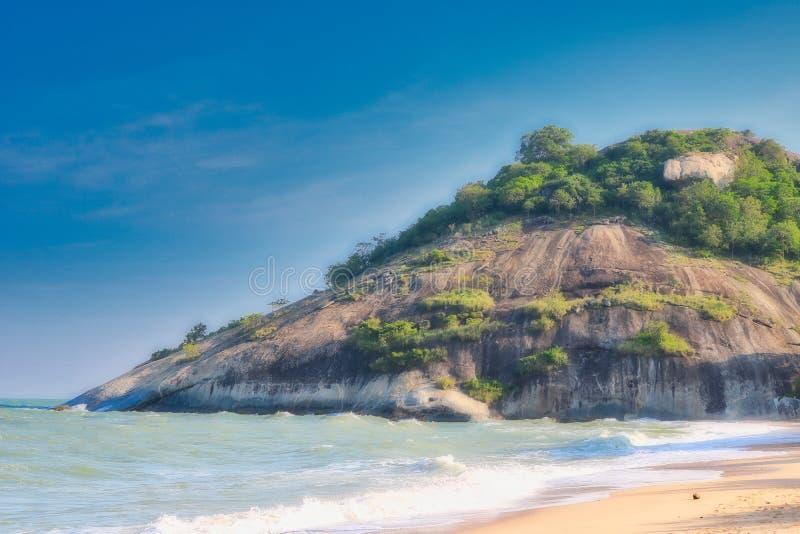 Mare e spiaggia con le rocce nei precedenti immagine stock libera da diritti