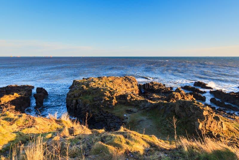 Mare e Wave della roccia alla costa del Mare del Nord a Aberdeen immagine stock