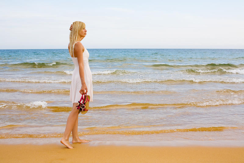 Mare facente una pausa della ragazza fotografia stock