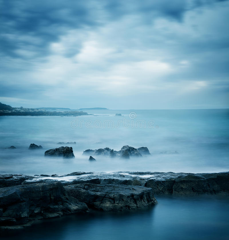 Mare freddo blu Vista sul mare pacifica di inverno immagini stock