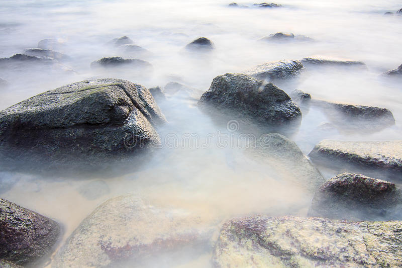 Mare liscio sulla roccia fotografia stock