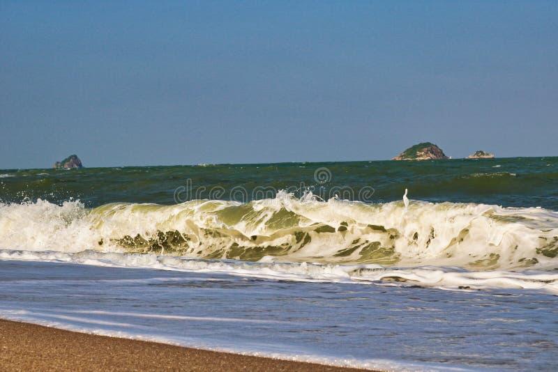 Mare ondulato alla spiaggia della Tailandia fotografia stock