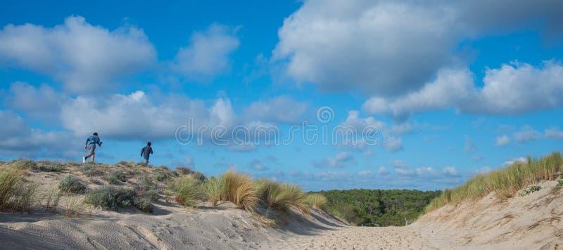 Mare, sabbia e Duna-gente giocanti e camminanti sulla spiaggia immagini stock libere da diritti