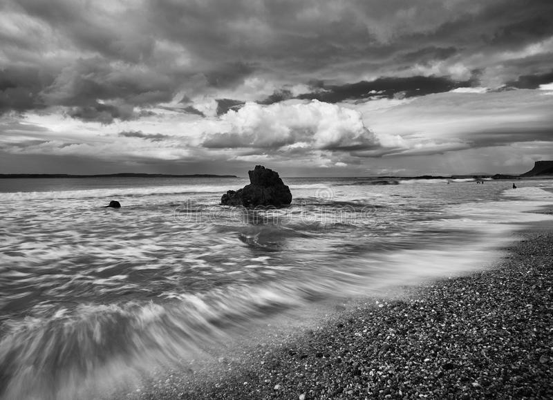 Mare selvaggio e una roccia in Ballycastle, Irlanda del Nord fotografia stock libera da diritti