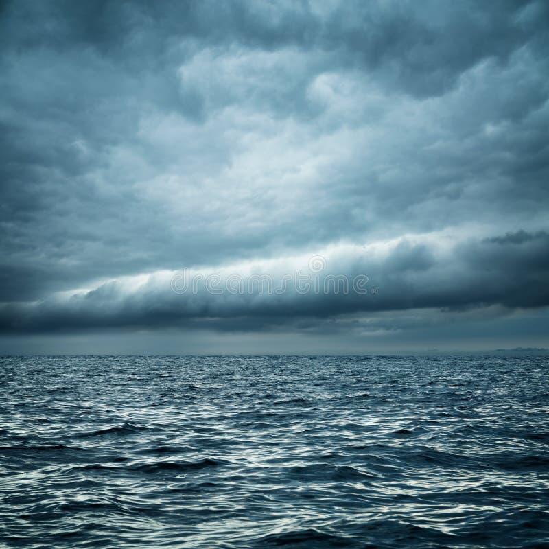 Mare tempestoso Fondo selvaggio di buio della natura fotografia stock