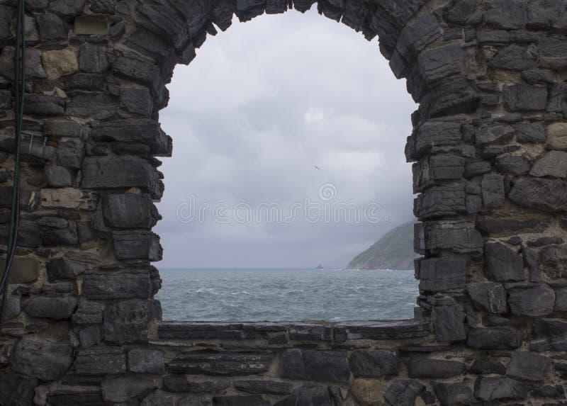 Mare tempestoso visto da una finestra fotografie stock