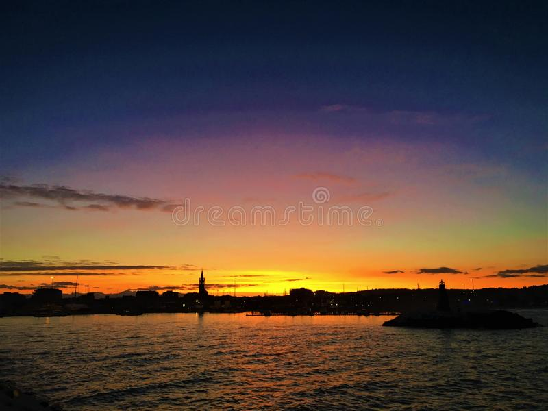 Mare, tramonto e colori in Civitanova Marche, Italia Fascino, incanto, fascino, attrazione, bellezza ed atmosfera romantica fotografie stock