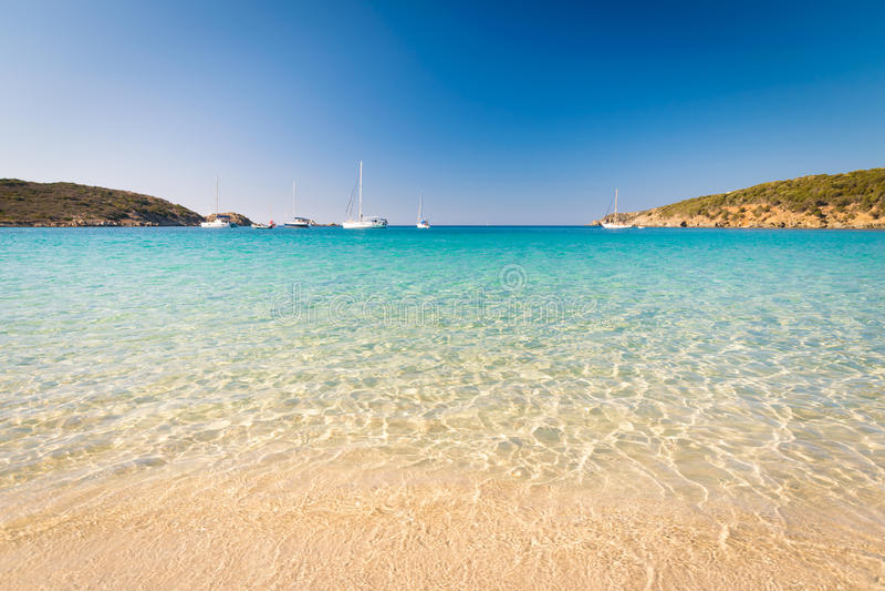 Mare trasparente ed acqua cristallina della Sardegna fotografia stock