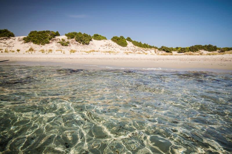 Mare trasparente ed acqua cristallina della Sardegna fotografie stock