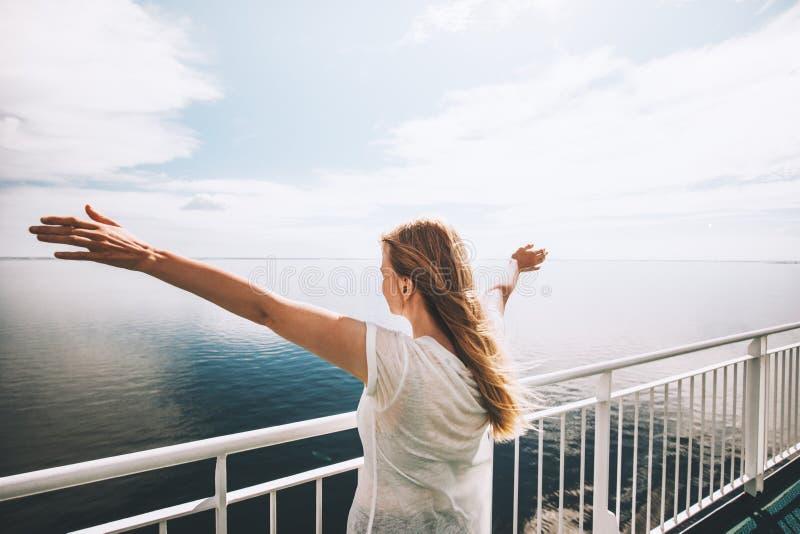 Mare turistico della donna che viaggia dalle mani sollevate felici del traghetto immagini stock libere da diritti