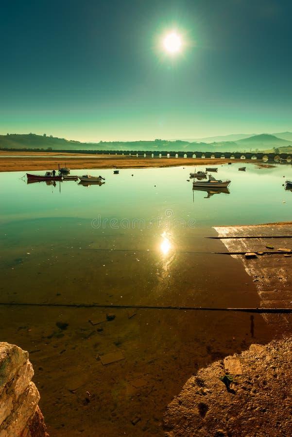 Marea baja en San Vicente de la Barquera imagenes de archivo
