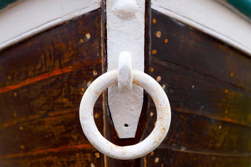 Marea bassa e barca motorizzata di legno immagini stock