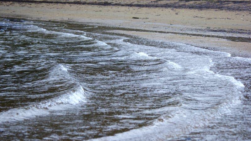 Marea entrante en la playa imágenes de archivo libres de regalías
