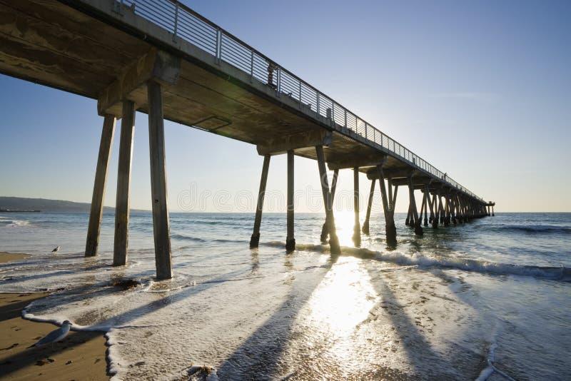 Marea inferior de la puesta del sol del embarcadero de la playa de Hermosa imágenes de archivo libres de regalías