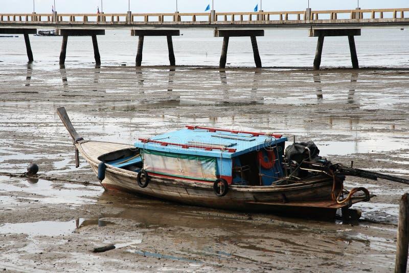 Marea inferior tailandesa del barco y del embarcadero imágenes de archivo libres de regalías