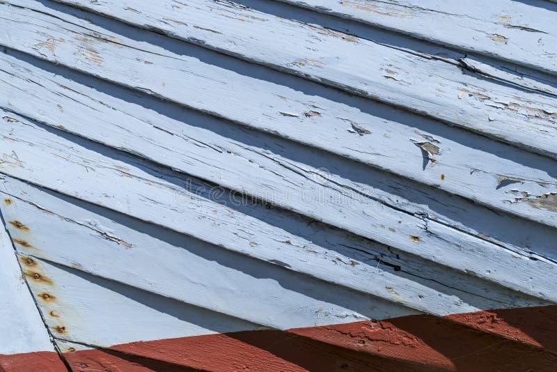 Marea inferior y barco motorizado de madera imágenes de archivo libres de regalías