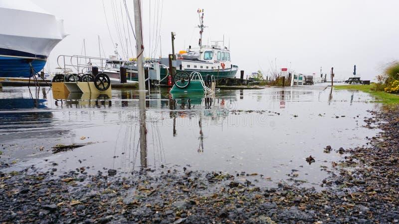 Marea inusualmente alta del club náutico de Shattemuck en viento del norte imagen de archivo libre de regalías
