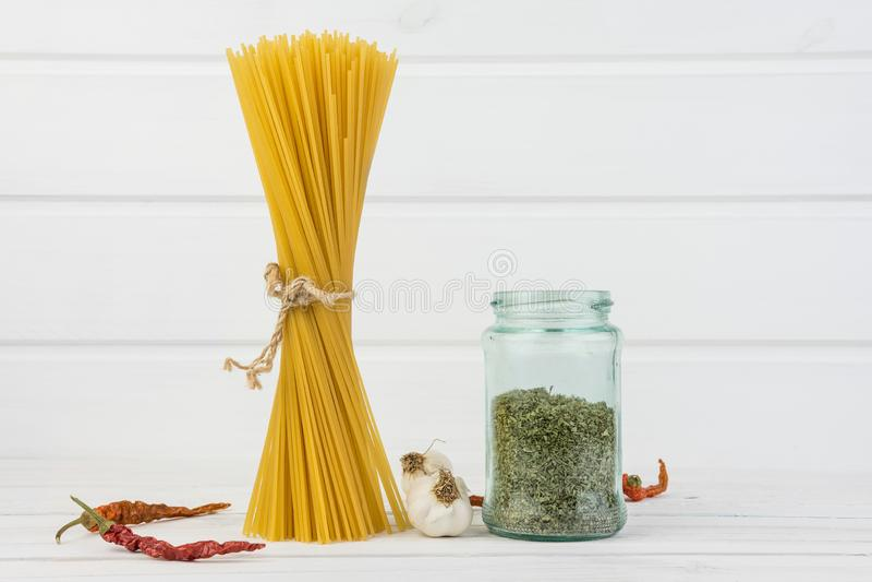 Marea italiana deliciosa fresca de los espaguetis de las pastas así como lazo del flujo natural del Grunge con bio pimientas de c imagenes de archivo