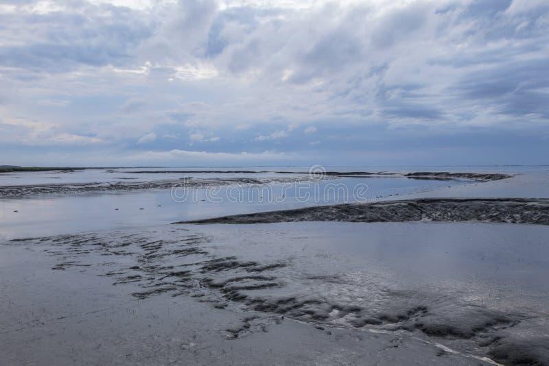Mareas del agua en la orilla de mar holandesa fotos de archivo libres de regalías
