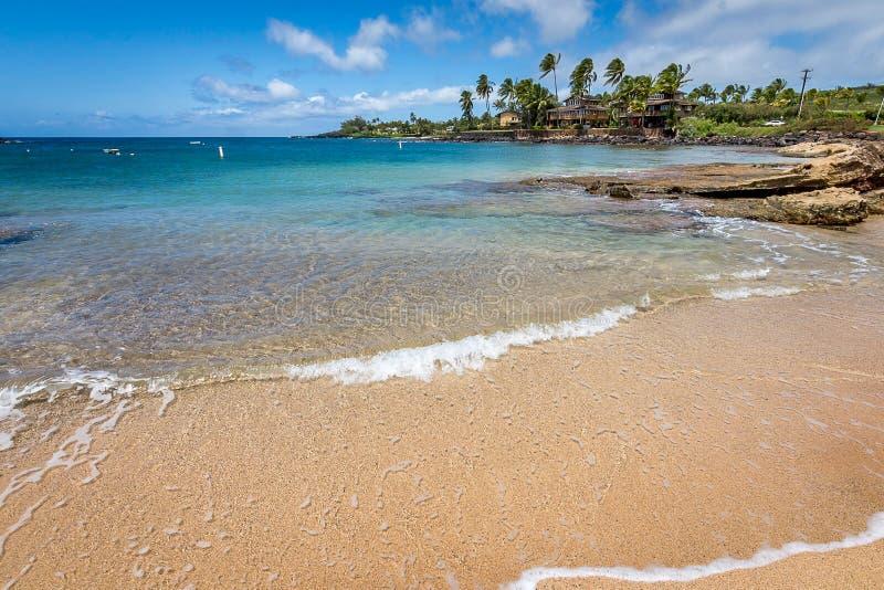 Maree di calma alla spiaggia di Poipu in Kauai fotografie stock libere da diritti