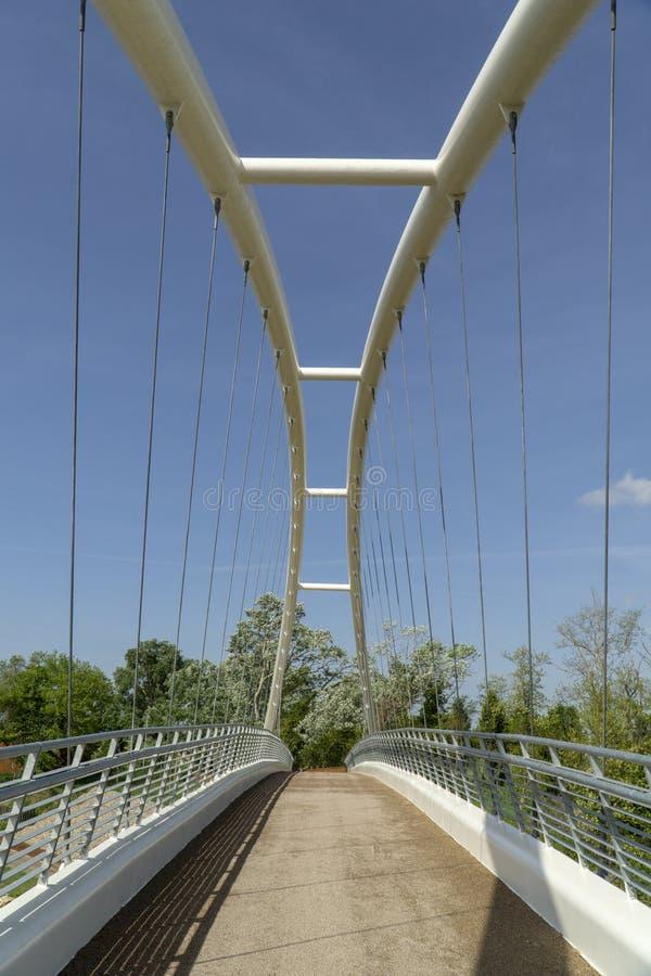 Maremma dell'Italia Toscana Grosseto, nuovo ponte pedonale del ciclo sopra il fiume di Ombrone fotografia stock