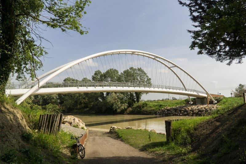 Maremma dell'Italia Toscana Grosseto, nuovo ponte pedonale del ciclo sopra il fiume di Ombrone fotografia stock libera da diritti
