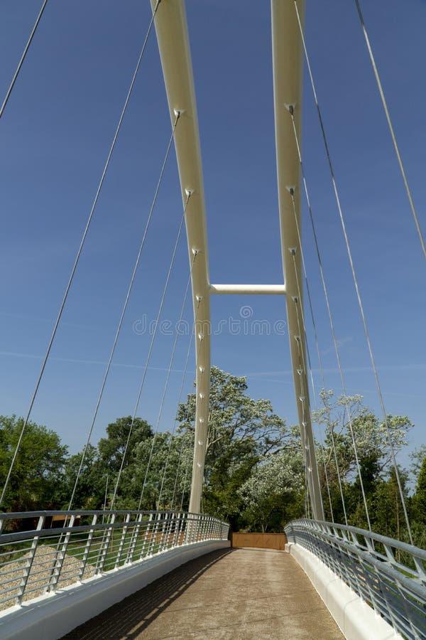 Maremma dell'Italia Toscana Grosseto, nuovo ponte pedonale del ciclo sopra il fiume di Ombrone immagini stock libere da diritti