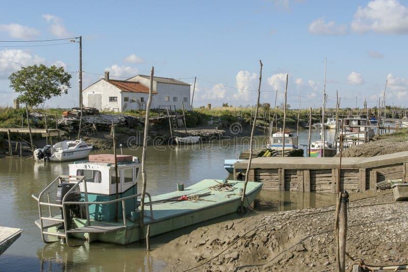Marennes Frankreich 12-13-2018 Traditioneller Hafen für Auster farminTraditional Hafen für die Austernlandwirtschaft von Marennes stockbilder