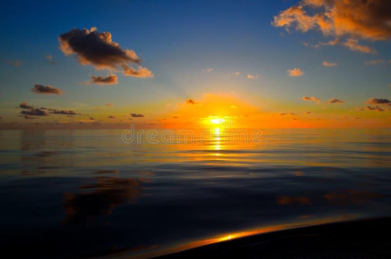 Mares calmos em algum lugar no South Pacific imagens de stock royalty free