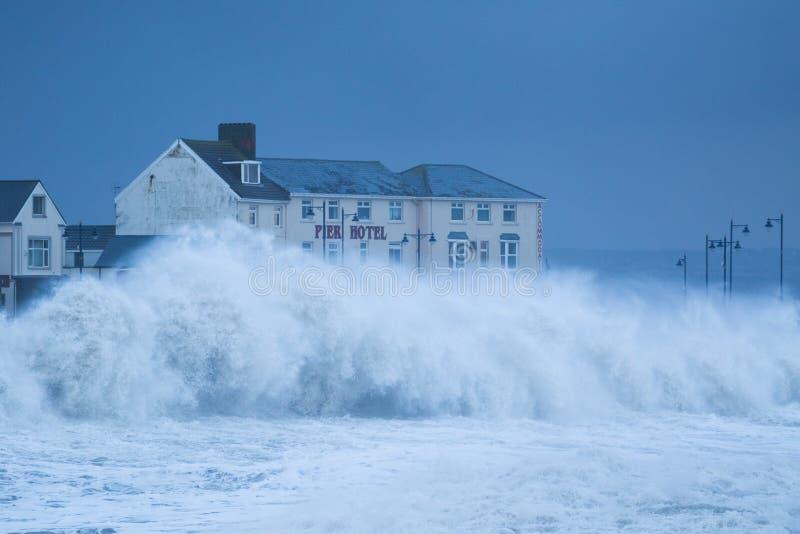 Mares tempestuosos en Porthcawl, el Sur de Gales, Reino Unido fotografía de archivo libre de regalías