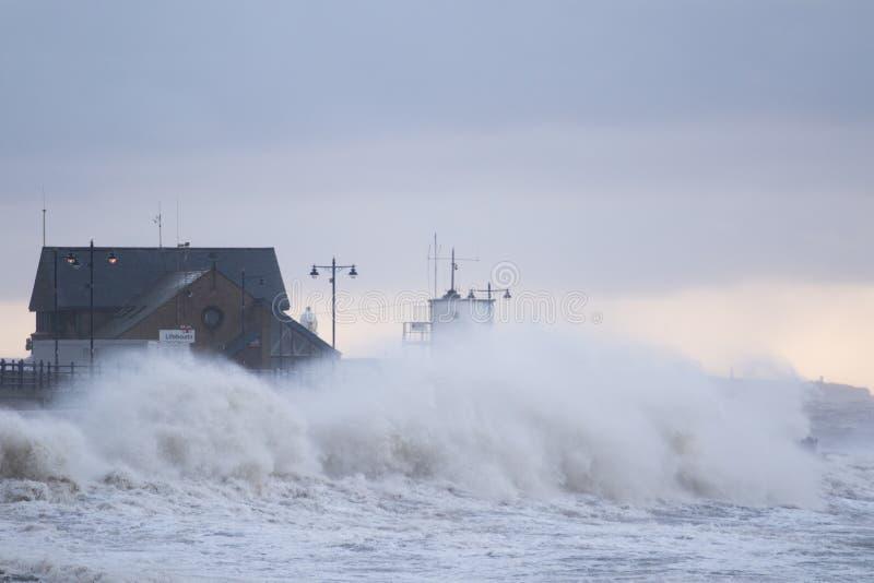 Mares tempestuosos en Porthcawl, el Sur de Gales, Reino Unido fotos de archivo