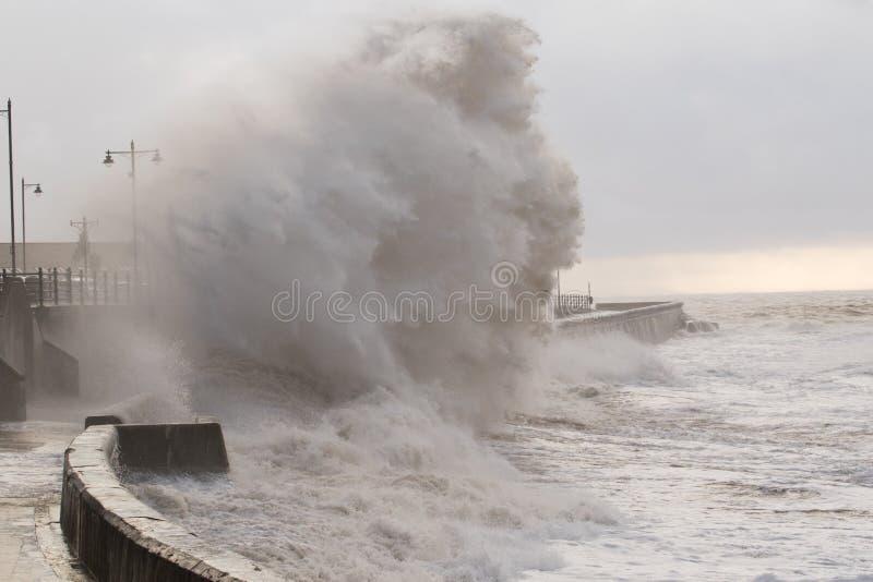 Mares tempestuosos en Porthcawl, el Sur de Gales, Reino Unido foto de archivo