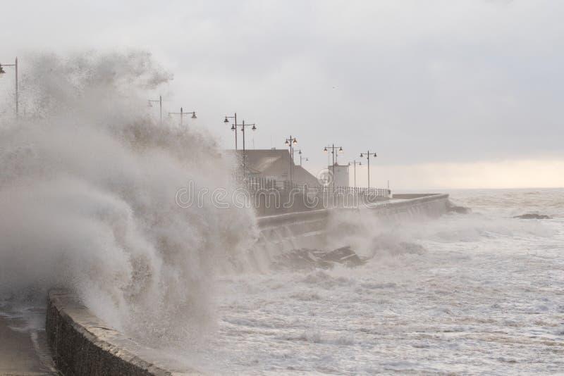 Mares tempestuosos en Porthcawl, el Sur de Gales, Reino Unido imágenes de archivo libres de regalías