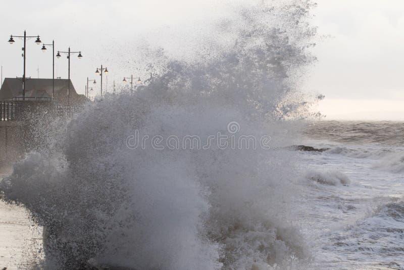 Mares tempestuosos en Porthcawl, el Sur de Gales, Reino Unido imagen de archivo libre de regalías